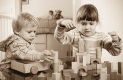 2 дет играя с блоками Стоковые Изображения