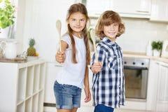2 дет играя с деревянными ложками Стоковые Изображения