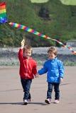 2 дет играя с змеем на пляже Стоковое фото RF
