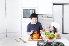 2 дет играя с овощами Стоковые Изображения