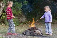 2 дет играя с огнем на естественном backgroun Стоковые Изображения RF