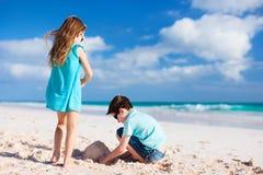 2 дет играя с песком Стоковое Изображение RF