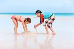 2 дет играя с песком Стоковое Фото