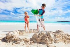2 дет играя с песком Стоковые Фото