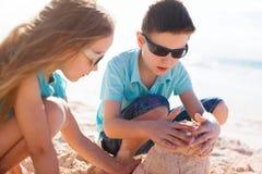 2 дет играя с песком Стоковое фото RF