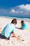 2 дет играя с песком Стоковая Фотография RF