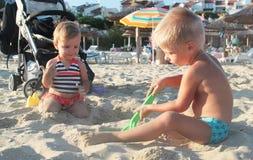 2 дет играя с песком Стоковые Изображения