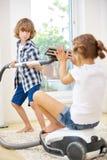 2 дет играя с пылесосом Стоковые Изображения RF