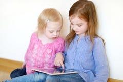 2 дет играя с таблеткой дома Стоковые Фото
