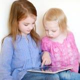 2 дет играя с таблеткой дома Стоковые Изображения RF