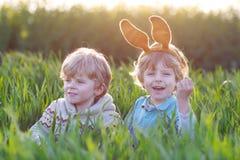 2 дет играя с ушами зайчика пасхи Стоковое Изображение