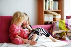 2 дет играя с цифровой таблеткой дома Стоковые Фото