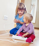 2 дет играя с электричеством Стоковое Фото