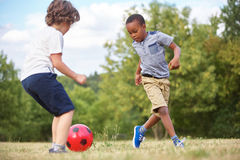 2 дет играя футбол стоковая фотография rf
