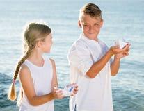 2 дет играя шлюпки Стоковые Фотографии RF
