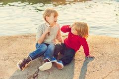 2 дет играя outdoors Стоковая Фотография RF