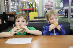 2 дет имеют сандвичи Стоковые Изображения RF