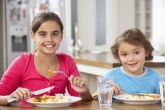 2 дет имея еду в кухне совместно Стоковая Фотография