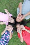 4 дет имея потеху в парке Стоковые Фото