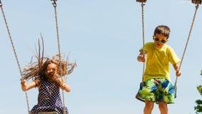 2 дет имея потеху на swingset Стоковая Фотография RF