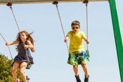 2 дет имея потеху на swingset Стоковые Фотографии RF