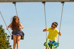 2 дет имея потеху на swingset Стоковые Фото