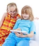 2 дет имея потеху с таблеткой цифров Стоковые Изображения
