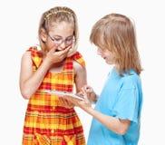 2 дет имея потеху с таблеткой цифров Стоковая Фотография