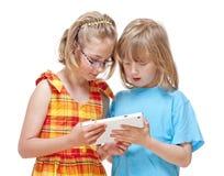 2 дет имея потеху с таблеткой цифров Стоковое Изображение RF