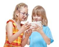 2 дет имея потеху с таблеткой цифров Стоковая Фотография RF