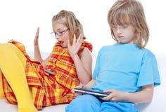 2 дет имея потеху с устройствами цифров Стоковое фото RF