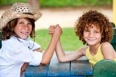 2 дет имея драку запястья руки в парке. Стоковая Фотография RF
