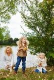 2 дет и женщина в осени Стоковые Изображения