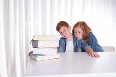 2 дет и куча книг Стоковое Изображение