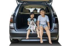 2 дет и осиплой собака в автомобиле Стоковая Фотография