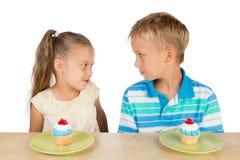 2 дет и 2 пирожного Стоковая Фотография RF