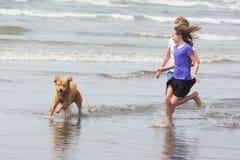 2 дет и собака на пляже Стоковые Изображения RF