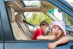 2 дет идут автомобилем без родителей. Стоковое Изображение RF