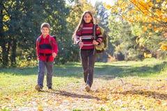 2 дет идя на лес осени с рюкзаками Стоковая Фотография