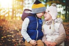 2 дет касаясь одину другого с носами Стоковые Изображения