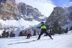 2 дет катаются на лыжах Стоковая Фотография RF