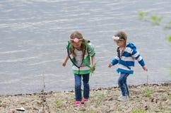 2 дет которое идет на речной берег Стоковые Фото