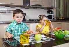 2 дет который едят сварили еду Стоковое Изображение RF