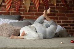 2 дет клали вверх жизнерадостный бой на большую кровать Стоковые Фотографии RF