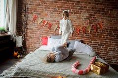 2 дет клали вверх жизнерадостный бой на большую кровать Стоковое фото RF