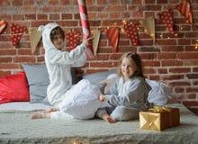 2 дет клали вверх жизнерадостный бой на большую кровать Стоковое Фото