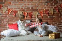 2 дет клали вверх жизнерадостный бой на большую кровать Стоковая Фотография