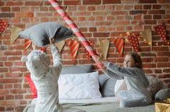 2 дет клали вверх жизнерадостный бой на большую кровать Стоковое Изображение RF
