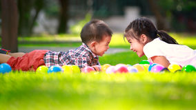2 дет кладут на зеленую траву и улыбку Стоковое Фото