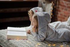 2 дет кладут на кровать в мягких pyjamas Стоковое Фото